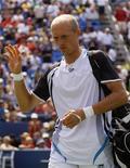 <p>Николай Давыденко покидает корт во время матча четвертого круга против шведа Роберта Содерлинга на теннисном чемпионате U.S. Open в Нью-Йорке 7 сентября 2009 года. Россиянин Николай Давыденко завершил выступление на открытом чемпионате США по теннису US Open из-за травмы. REUTERS/Shaun Best</p>