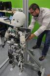 <p>Vincent Padois, pesquisador da Universidade de Paris, faz demonstração do robô ICub, em Paris.</p>