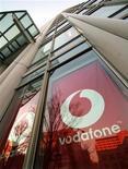 <p>Logo Vodafone sul palazzo del quartier generale di Tokyo. REUTERS/Toshiyuki Aizawa</p>