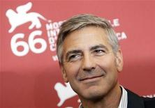 """<p>Джордж Клуни позирует фотографам на показе фильма """"Люди, которые смотрят на коз"""" во время 66-го Венецианского кинофестиваля 8 сентября 2009 года. Американский актер Джордж Клуни сыграл наделенного паранормальными способностями солдата в комедии, действие которой разворачивается в Ираке. REUTERS/Tony Gentile</p>"""