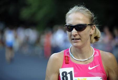 Paula Radcliffe of England warms up before running in the New York City Half-Marathon August 16, 2009. REUTERS/Jeff Zelevansky