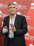 <p>George Clooney alla Mostra Internazionale del Cinema di Venezia. REUTERS/Tony Gentile</p>