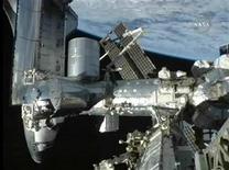 <p>El transborador espacial Discovery (izquierda en la imagen) adosado a la Estación Espacial Internacional y la Tierra de fondo en una imagen de Nasa TV, 7 sep 2009. Siete astronautas a bordo del Discovery comenzaron el martes el viaje de vuelta a la Tierra, luego de que el transbordador estadounidense se desacoplara de la Estación Espacial Internacional. REUTERS/NASA TV</p>