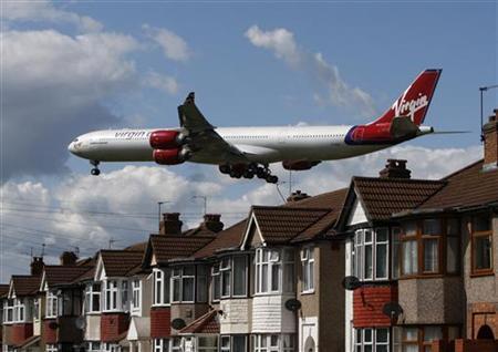 A Virgin Atlantic aircraft comes in to land at Heathrow Airport, May 26, 2009. REUTERS/Luke MacGregor