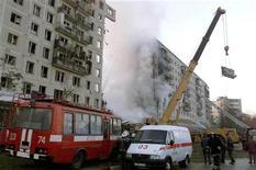 <p>Скорая помощь и машина пожарной службы у взорванного дома в Москве 9 сентября 1999 года. 9 сентября 1999 года на юго-востоке Москвы был взорван жилой дом. В результате теракта погибли 94 человека. REUTERS/Sergei Karpukhin</p>