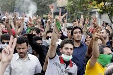 <p>Сторонники иранской оппозиции на митинге протеста в Тегеране 30 июля 2009 года. Представитель иранской оппозиции Алиреза Хоссейни Бехешти, один из ближайших соратников кандидата в президенты от реформистских кругов Мир-Хосейна Мусави, был арестован во вторник по распоряжению прокуратуры, сообщил в среду оппозиционный веб-сайт Mowjcamp.com. REUTERS/Stringer</p>