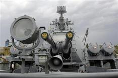"""<p>Ракетный крейсер Москва в порту Севастополя 16 сентября 2008 года. В результате взрыва и пожара энергооборудования на флагмане российского Черноморского флота - ракетном крейсере """"Москва"""" - пострадали 10 человек, сообщило украинское агентство УНИАН. REUTERS/Denis Sinyakov</p>"""
