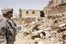<p>Американский солдат у развалин взорванного дома в Киркуке 21 июня 2009 года. Как минимум восемь человек погибли в результате взрыва в иракском Киркуке, сообщила полиция в среду. REUTERS/Ako Rasheed</p>