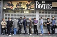 """<p>A Londres, file d'attente devant un magasin au lancement du jeu """"The Beatles: Rock Band"""". Le virus de la Beatlemania va connaître une nouvelle poussée dès ce mercredi avec la sortie, simultanée dans le monde, de versions remastérisées des albums des """"Fab Four"""" de Liverpool, et du jeu vidéo. /Photo prise le 9 septembre 2009/REUTERS/Kieran Doherty</p>"""