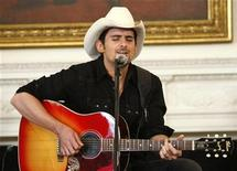<p>Country singer Brad Paisley performs in the State Dining Room of the White House in Washington July 21, 2009. REUTERS/Kevin Lamarque</p>