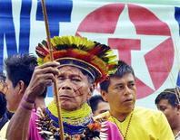 """<p>Foto de archivo de un indígena Huaorani durante una protesta frente a la Corte Suprema de Lago Agrio, Ecuador, 21 oct 2003. ¿El gigante petrolero Chevron le teme a una película? Así lo cree una de las estrellas de """"Crude"""", un documental sobre el juicio ambiental de 27.000 millones de dólares contra la compañía a favor de los residentes del amazonas ecuatoriano. Un portavoz de Chevron lo niega vehementemente. REUTERS/str</p>"""