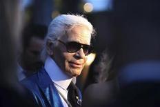 <p>Дизайнер Карл Лагерфельд представляет морскую коллекцию дома Chanel 2009-2010 в венецианском Лидо 14 мая 2009 года. REUTERS/Manuel Silvestri</p>