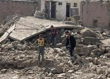 <p>Дети толпятся у места взрыва в курдской деревне Вардек недалеко от Мосула 10 сентября 2009 года. Как минимум 20 человек погибли и 27 получили ранения в результате взрыва грузовика, начиненного взрывчаткой, в курдской деревне Вардек в 30 километрах от города Мосул. REUTERS/Khalid al-Mousuly</p>