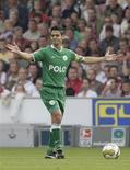 <p>O capitão do Wolfsburg Josué quer ajudar seu time na partida de sábado contra o Leverkusen REUTERS/Tobias Schwarz</p>