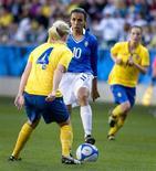 <p>A meia brasileira Marta, melhor jogadora de futebol do mundo, em jogo contra a Suécia em abril de 2009, em Gothenburg. REUTERS/Adam Ihse/Scanpix</p>