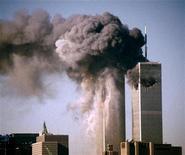 <p>Южная башня Всемирного торгового центра (слева) горит после того, как в неё врезался захваченный самолет в Нью-Йорке 11 сентября 2001 года, когда четыре угнанных террористами самолета врезались в башни-близнецы Всемирного торгового центра в Нью-Йорке, здание Пентагона в Вашингтоне, один упал на поле в Пенсильвании. REUTERS/STRINGER</p>