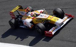 <p>O piloto de F1 Fernando Alonso conduz seu Renault em primeira sessão de treino para o GP da Itália. A Renault abriu um processo criminal contra o piloto Nelsinho Piquet e seu pai, o tricampeão mundial Nelson Piquet, por acusarem a equipe de fraudar o resultado de uma corrida de Fórmula 1 pedindo que o brasileiro batesse o carro, informou o time francês nesta sexta-feira.11/09/2009.REUTERS/Stefano Rellandini</p>