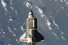<p>Foto de archivo del transbordador espacial Discovery con la Tierra de fondo en una imagen realizada desde la Estación Espacial Internacional, 8 sep 2009. El transbordador espacial Discovery aterrizará en California el viernes, debido a que las tormentas eléctricas bloquearon su regreso a casa en el Centro Espacial Kennedy de Florida por segundo día consecutivo, anunció la NASA. REUTERS/NASA/Handout</p>