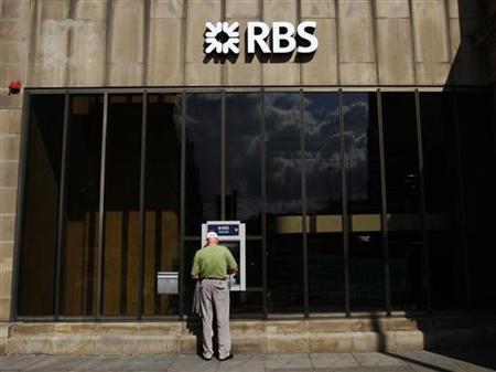 A man uses a Royal Bank of Scotland (RBS) cash machine in Edinburgh, Scotland August 7, 2009. REUTERS/David Moir