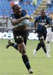 <p>Samuel Eto'o festeggia per il gol che ha segnato oggi contro il Parma a San Siro. REUTERS/Alessandro Garofalo</p>