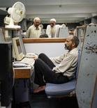 <p>Брокеры на торгах фондовой биржи в Карачи 23 октября 2008 года. Если иногда вам кажется, что офис превратился в зону боевых действий, то книга, описывающая противостоящих вам коллег и боссов, может помочь вам выжить - при помощи юмора и сокращения количества электронной почты. REUTERS/Athar Hussain</p>