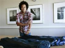 <p>Patrick Robinson, diseñador en jefe de Gap Inc., posa junto a unos pantalones vaqueros en San Francisco, 5 ago 2009. Sólo un vistazo a las tiendas de ropa de Estados Unidos podría llevar a pensar a los consumidores que los jeans - clásicos, relajados y todo lo demás - son la salvación que la industria ha estado esperando. REUTERS/Robert Galbraith/Files</p>