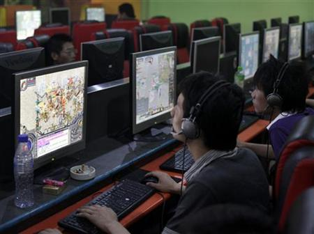 People play online games in an internet cafe in downtown Shanghai August 6, 2009. REUTERS/ Nir Elias