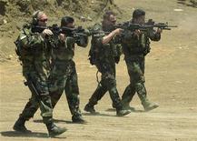 """<p>Члены американских спецподразделений практикуются в стрельбе в тренировочном лагере на Филиппинах 16 мая 2002 года. Вертолеты спецназа США уничтожили автомобиль, в котором находился самый разыскиваемый лидер """"аль-Каиды"""" в восточной Африке Салех Али Салех Набхан, сообщили очевидцы и источники в США. REUTERS/str</p>"""