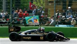 """<p>Бывший пилот гонок класса """"Формула-1"""" австриец Герхард Бергер ведет болид команды """"Лотус"""", размахивая флагом, на котором изображен Айртон Сенна, в Италии 25 апреля 2004 года. Гоночная команда """"Лотус"""", одна из самых известных и знаменитых конюшен гонок класса """"Формула-1"""", возвращается в чемпионат со следующего сезона, сообщила во вторник Международная федерация автоспорта (FIA). REUTERS/Max Rossi</p>"""