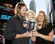<p>Победительница Открытого чемпионата США по теннису бельгийка Ким Клийстерс позирует фотографам вместе с мужем Брайаном Линчем и дочкой Джадой на Таймс-Сквер, Нью-Йорк 14 сентября 2009 года. Триумфатор Открытого чемпионата США по теннису бельгийка Ким Клийстерс, взлетевшая на 19-ю строчку мирового рейтинга, не намерена изматывать себя авиаперелетами в попытке возглавить рейтинг лучших теннисисток планеты. REUTERS/Brendan McDermid</p>