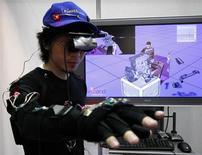 <p>Funcionário da Nihon Binary dmeonstra sistema de realidade virtual da empresa em Tóquio. Cientistas dos Estados Unidos descobriram que a realidade virtual ajuda a aliviar dor.</p>