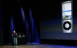 <p>Presidente da Apple, Steve Jobs, apresenta recursos do novo iPod Nano. Ações da fabricante de chips ópticos Omnivision Technologies se mantiveram perto de patamares de alta históricos no lançamento do aparelho, impulsionadas pela expectativa de que o novo modelo vai fomentar o uso dos sensores CMOS de imagens da empresa.</p>