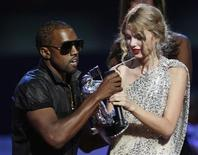 <p>Kanye West takes the microphone from best female video winner Taylor Swift as he praises the video entry from Beyonce at the 2009 MTV Video Music Awards in New York, September 13, 2009. REUTERS/Gary Hershorn</p>