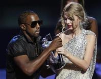 """<p>El rapero Kanye West se disculpó personalmente el martes con la cantante de country adolescente Taylor Swift dos días después de interrumpir un discurso de la solista, en un escándalo que recibió hasta un comentario extraoficial del presidente Barack Obama. Swift, de 19 años, dijo que aceptó una disculpa de West durante una conversación telefónica privada después de participar en el programa de televisión """"The View"""" del canal estadounidense ABC. """"El fue muy sincero en su disculpa y yo acepté esa disculpa"""", dijo Swift a ABC News Radio después de la conversación. REUTERS/Gary Hershorn (IMAGENES DEL DIA)</p>"""