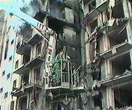 <p>Спасатели работают на месте взрыва дома в Волгодонске 16 сентября 1999 года. 16 сентября 1999 года был взорван жилой дом в российском Волгодонске, погибли 17 человек. REUTERS/HO</p>