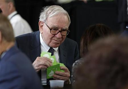 Billionaire financier and Berkshire Hathaway Chief Executive Officer Warren Buffett plays a game of bridge with ''Warren Buffet'' playing cards during the shareholders annual meeting in Omaha, Nebraska May 3, 2009. REUTERS/Carlos Barria