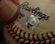 <p>Un autentificador coloca un holograma sobre una pelota de béisbol en Chicago, 8 ago 2008. Imagine un interruptor de la luz o un libro que aparecen sólo cuando los necesita: científicos japoneses están un paso más cerca de convertir en realidad escenas de películas de ciencia ficción tras crear un holograma que también se puede sentir. Los hologramas -imágenes tridimensionales- aparecen normalmente en tarjetas de crédito, DVD y discos compactos para evitar la falsificación. Los de mayor tamaño han sido utilizados también en la industria del entretenimiento. REUTERS/John Gress/Archivo</p>