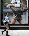 <p>Con la crisi economica, gli adolescenti di tutto il mondo hanno ridotto le loro spese soprattutto su abbigliamento, giochi e cibo. REUTERS/Yuriko Nakao (JAPAN)</p>