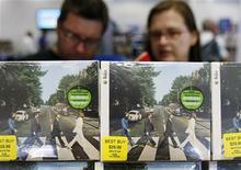 """<p>Clientes miran discos de The Beatles durante su lanzamiento en Nueva York, 9 sep 2009. La banda británica The Beatles ostentó algunos de los álbumes de mayores ventas del ranking del pop estadounidense el miércoles, luego de que admiradores nostálgicos llegaron a las tiendas para comprar los nuevos discos remasterizados de los """"fabulosos cuatro"""". En total, los Beatles vendieron 626.000 álbumes durante la semana que finalizó el 13 de septiembre, según la firma de seguimiento Nielsen SoundScan. REUTERS/Shannon Stapleton</p>"""