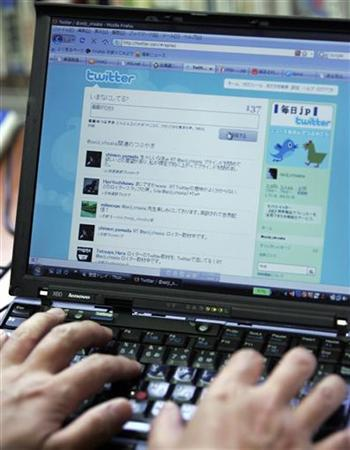 Opposition Democratic Party lawmaker Seiji Ohsaka uses Twitter at his office in Tokyo June 29, 2009. REUTERS/Michael Caronna