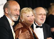 """<p>Imagen de archivo de Peter, Paul y Mary en una ceremonia en Nueva York, 15 jun 2006. Mary Travers, integrante del trio folk de la década de 1960 Peter, Paul and Mary que ayudó a popularizar la obra de Bob Dylan y cantó éxitos como """"Puff (The Magic Dragon)"""", murió a los 72 años tras luchar contra la leucemia. Un comunicado aparecido el miércoles en el sitio web del grupo señaló que Travers sucumbió """"a los efectos secundarios de uno de los tratamientos de quimioterapia"""" a los que se sometía para combatir el cáncer. REUTERS/Eric Thayer/Archivo</p>"""