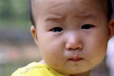 """<p>Un bebé de nueve meses que fue diagnosticado con un nivel excesivo de plomo en su sangre, es fotografiado en su casa en la aldea china de Wugang, 24 ago 2009. El desarrollo intelectual y emocional de los niños pequeños puede verse perjudicado por la presencia de plomo en la sangre aún en niveles por debajo del umbral aceptado como """"seguro"""", informaron expertos el jueves. Científicos de la University of Bristol, en Gran Bretaña, observaron muestras de sangre de alrededor de 500 chicos y hallaron una relación clara entre los niveles de plomo en sangre en la infancia temprana y el desempeño académico y la conducta a los 7 y 8 años. REUTERS/China Daily (IMAGENES DEL DIA)</p>"""