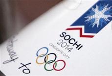 <p>Логотип сочинской Олимпиады-2014 на шляпе женщины на заседании МОК в Сочи 5 июля 2007 года. Правительство РФ планирует пересмотреть ряд законов, чтобы ускорить строительные работы в рамках подготовки к проведению в Сочи Олимпийских игр 2014 года. REUTERS/Denis Sinyakov</p>