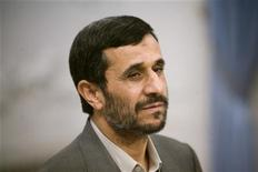 """<p>Президент Ирана Махмуд Ахмадинежал на переговорах в Тегеране 12 сентября 2009 года. Иран """"никогда"""" не откажется от своей ядерной программы лишь ради того, чтобы угодить Западу, заявил накануне президент страны Махмуд Ахмадинежад. REUTERS/Morteza Nikoubazl</p>"""