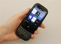<p>Grâce à la vente de son nouveau téléphone Pre, Palm a enregistré une perte inférieure aux prévisions du marché au titre de son premier trimestre mais annonce une prévision de chiffre d'affaires jugée décevante pour le deuxième trimestre. /Photo prise le 3 juin 2009/REUTERS/Lucas Jackson</p>