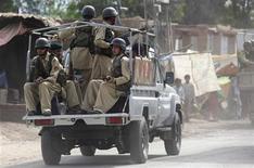 <p>Солдаты армии Пакистана патрулируют город Бара на севере страны 16 сентября 2009 года. Как минимум 25 человек погибли в результате взрыва машины, начиненной взрывчаткой, близ города Кохат на северо-западе Пакистана, сообщили власти. REUTERS/Fayaz Aziz</p>