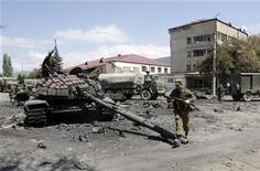 <p>Российский солдат проходит мимо уничтоженного грузинского танка в Цхинвали 10 августа 2008 года. Россия и Грузия в четверг в ходе седьмого раунда переговоров в Женеве договорились разработать соглашение о ненападении, чтобы не повторять события пятидневной войны августа прошлого года. Продолжение Женевских консультаций состоится 11 ноября. REUTERS/Denis Sinyakov</p>
