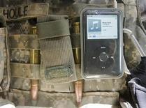 <p>Музыкальный плеер iPod, прикрепленный к бронижилету американского солдата в афганской провинции Вардак 11 июля 2009 года. Для скучающих пассажиров, ежедневно отправляющихся на работу с доверху набитыми карманами, британская компания Thomas Pink придумала прекрасное решение проблемы хранения средств развлечения - галстук со скрытым карманом для ношения плееров. REUTERS/Shamil Zhumatov</p>
