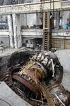 <p>Обломки оборудования разрушенного в результате аварии на Саяно-Шушенской ГЭС недалеко от поселка Черемушки 11 сентября 2009 года. Организованная руководством Саяно- Шушенской ГЭС теневая схема ремонтов была вскрыта за несколько месяцев до аварии, разрушившей в августе крупнейшую в РФ гидроэлектростанцию, сказал Рейтер официальный представитель собственника ГЭС, компании РусГидро, Евгений Друзяка. REUTERS/Ilya Naymushin</p>