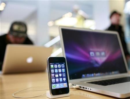 An Apple iPhone 3GS and an Apple Macbook Pro are shown at the Apple retail store in San Francisco, California July 21, 2009. REUTERS/Robert Galbraith